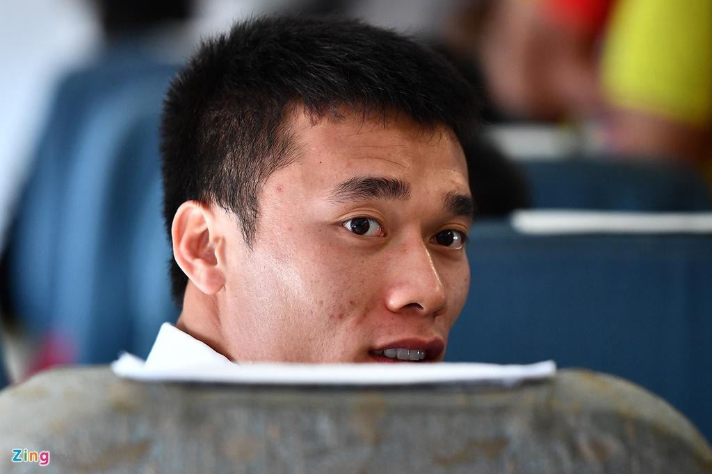 Ben trong chuyen bay cho cau thu Olympic Viet Nam roi ASIAD hinh anh 7