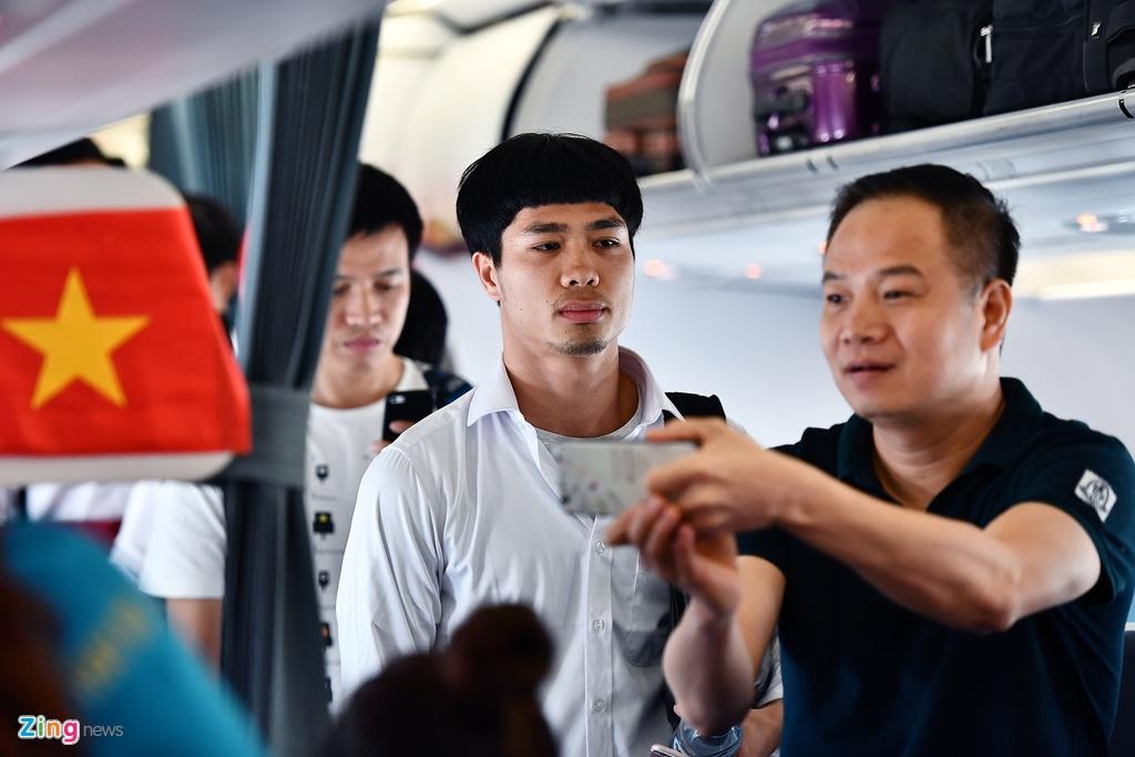 Ben trong chuyen bay cho cau thu Olympic Viet Nam roi ASIAD hinh anh 3