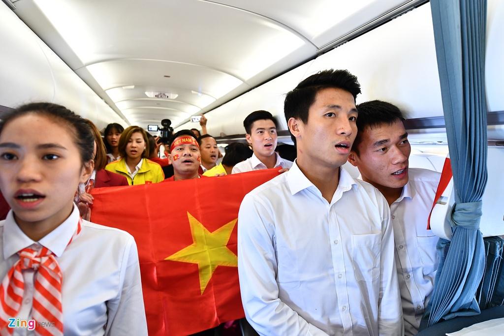 Cau thu doi Olympic Viet Nam hat Quoc ca tren may bay hinh anh 7
