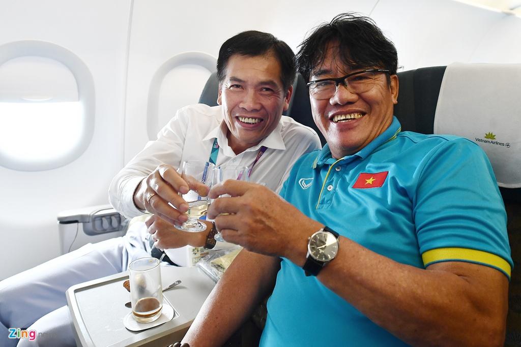 Ben trong chuyen bay cho cau thu Olympic Viet Nam roi ASIAD hinh anh 12
