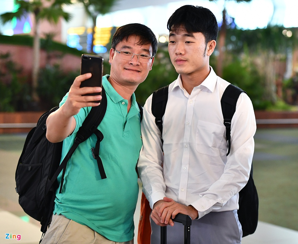 Khoanh khac vui buon cua cau thu Olympic Viet Nam tai san bay hinh anh 8