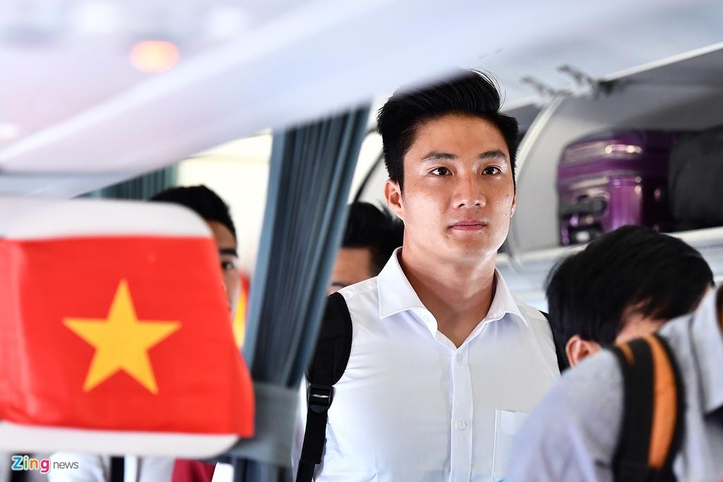 Ben trong chuyen bay cho cau thu Olympic Viet Nam roi ASIAD hinh anh 4