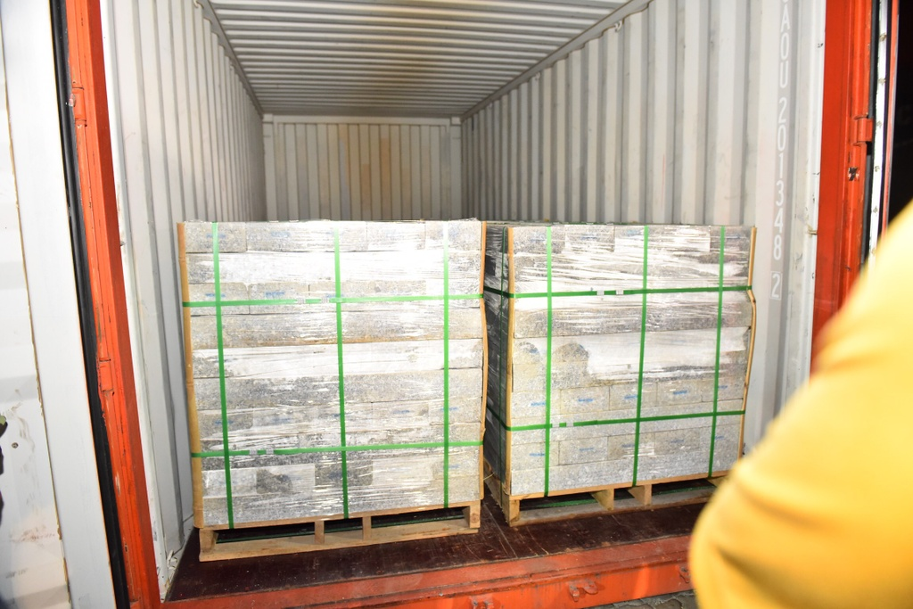 Theo kê khai, lô hàng trong container là đá granite chuẩn bị đưa xuống tàu để chuyển đến cảng Incheon, Hàn Quốc.