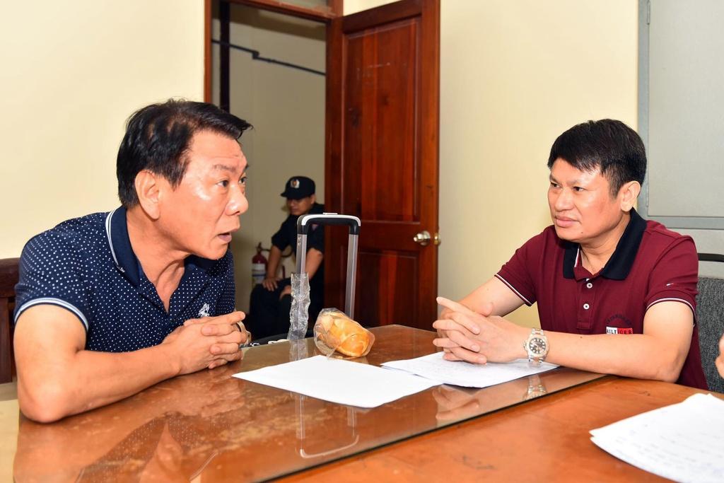Lãnh đạo C04 cho hay qua điều tra ban đầu, kẻ cầm đầu đường dây ma túy trên là một cựu cảnh sát Hàn Quốc. Trong ảnh Cục trưởng C04 Nguyễn Văn Viện đấu tranh với nghi phạm trong vụ án.
