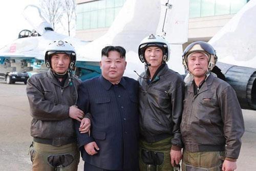 Hinh anh Kim Jong Un trong chuyen tham don vi khong quan hinh anh 6