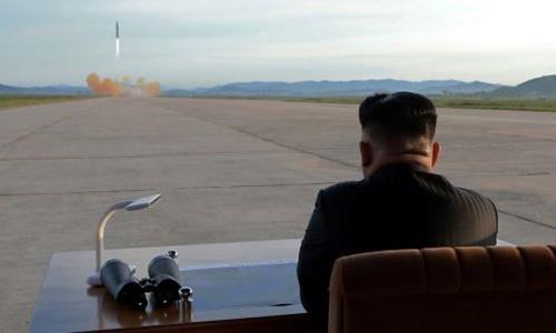 Hinh anh Kim Jong Un trong chuyen tham don vi khong quan hinh anh 10