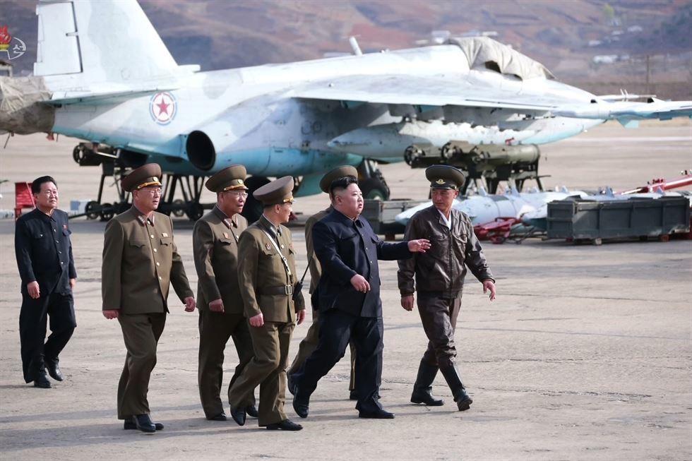 Hinh anh Kim Jong Un trong chuyen tham don vi khong quan hinh anh 1