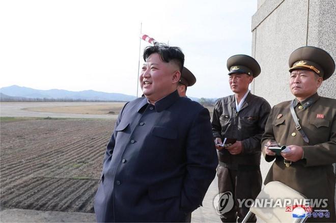 Hinh anh Kim Jong Un trong chuyen tham don vi khong quan hinh anh 8