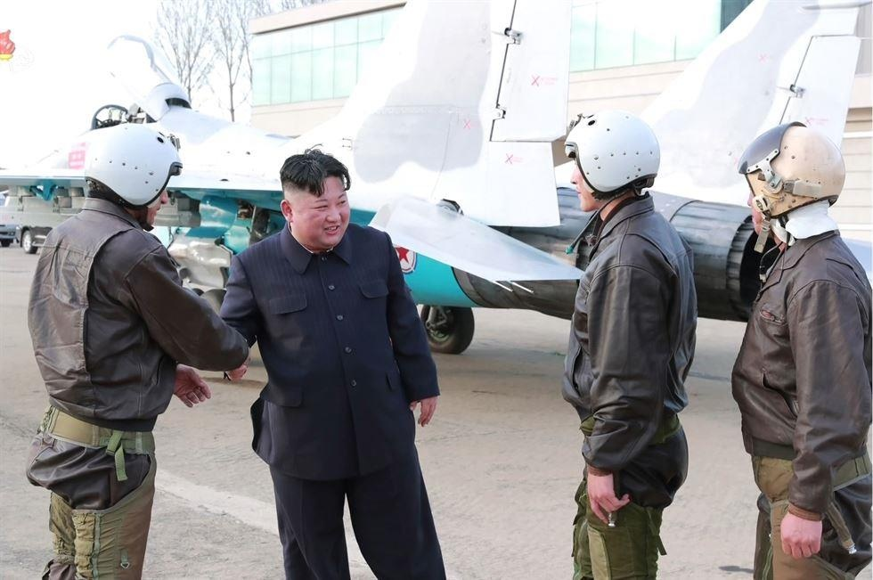 Hinh anh Kim Jong Un trong chuyen tham don vi khong quan hinh anh 2