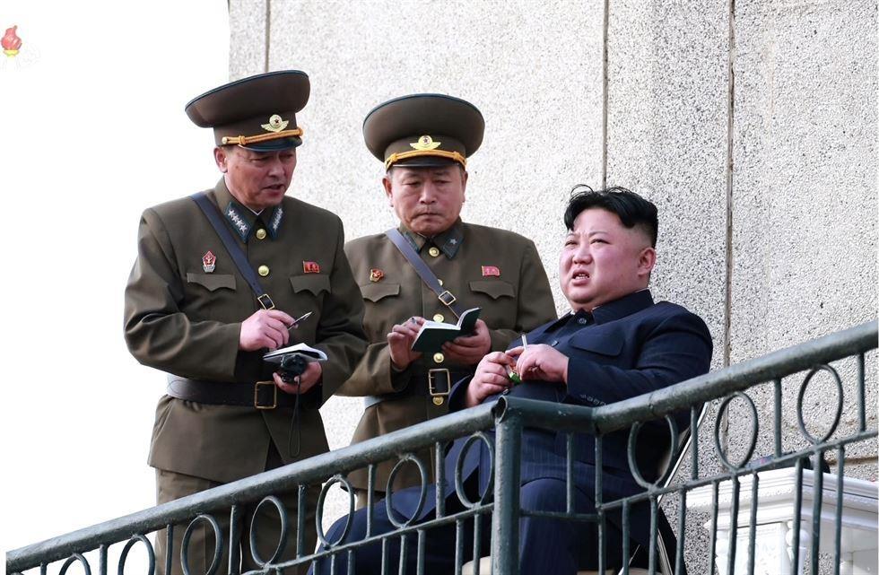 Hinh anh Kim Jong Un trong chuyen tham don vi khong quan hinh anh 3