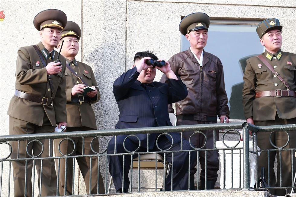 Hinh anh Kim Jong Un trong chuyen tham don vi khong quan hinh anh 4