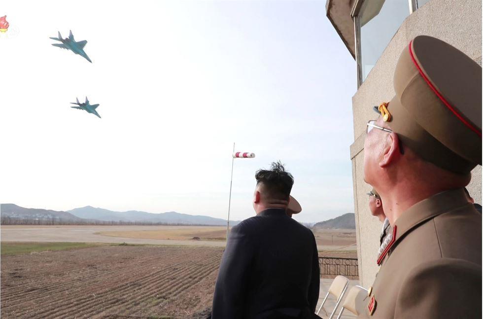 Hinh anh Kim Jong Un trong chuyen tham don vi khong quan hinh anh 7