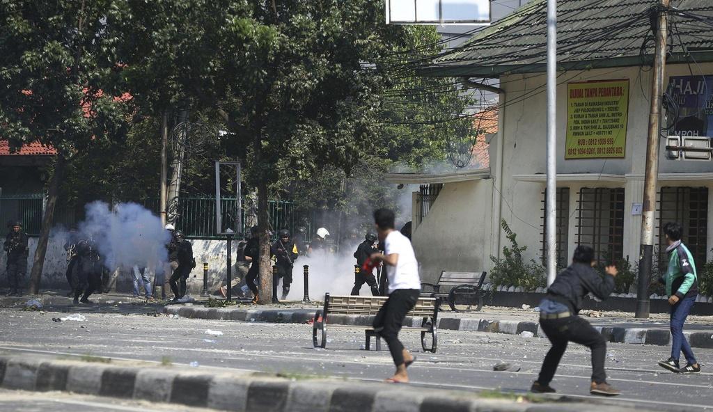 Xe chay tro khung tren duong pho Indonesia vi bao loan hau bau cu hinh anh 10