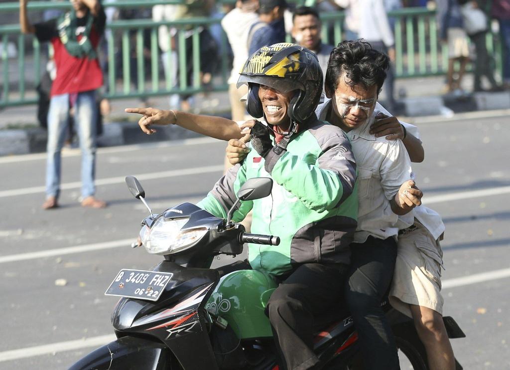 Xe chay tro khung tren duong pho Indonesia vi bao loan hau bau cu hinh anh 16