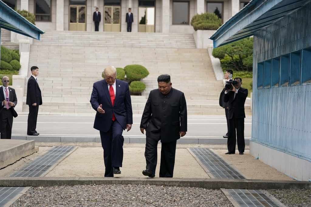 Trump - Kim gap go bat ngo, bat tay chop nhoang tren dat Trieu Tien hinh anh 4