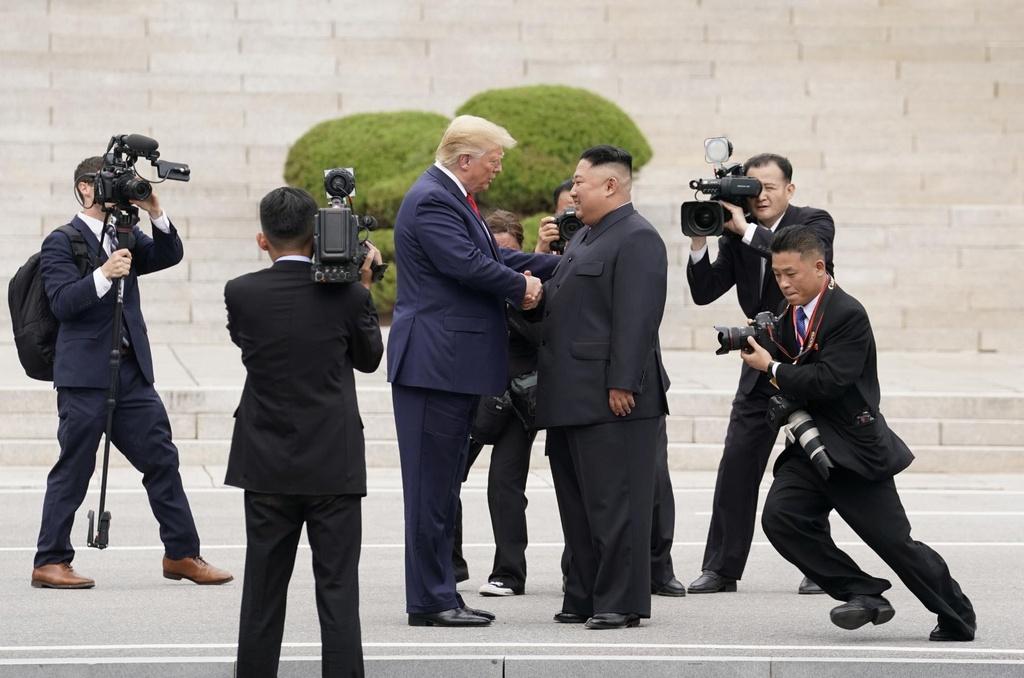 Trump - Kim gap go bat ngo, bat tay chop nhoang tren dat Trieu Tien hinh anh 3