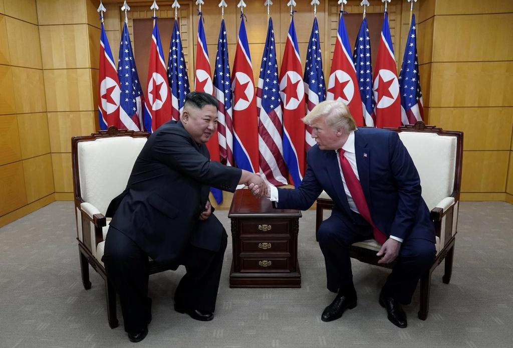 Trump - Kim gap go bat ngo, bat tay chop nhoang tren dat Trieu Tien hinh anh 7