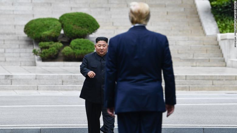 Trump - Kim gap go bat ngo, bat tay chop nhoang tren dat Trieu Tien hinh anh 1