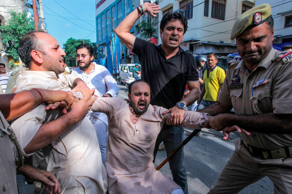 'Dia nguc tran gian' ben trong Kashmir, noi bi co lap voi the gioi hinh anh 1