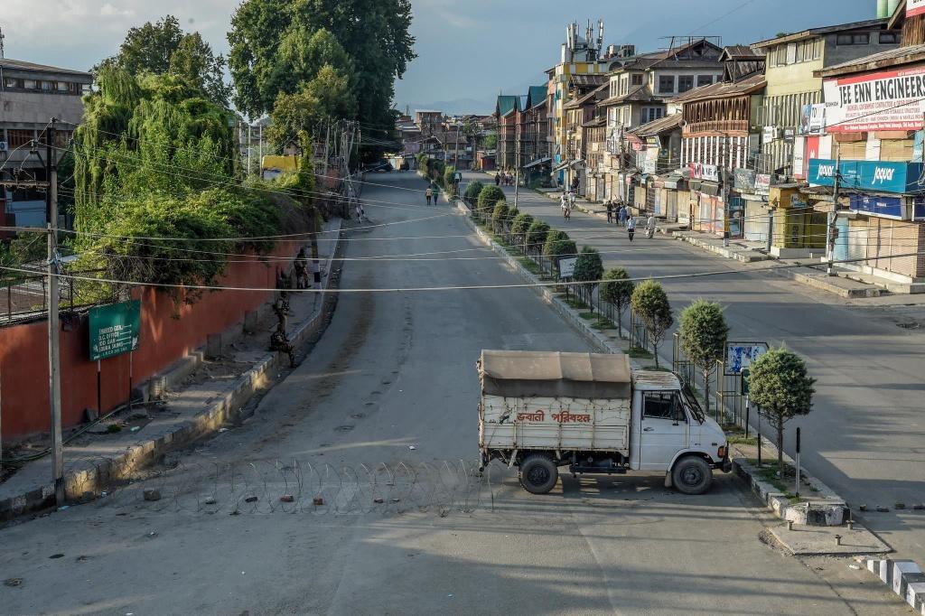 'Dia nguc tran gian' ben trong Kashmir, noi bi co lap voi the gioi hinh anh 12