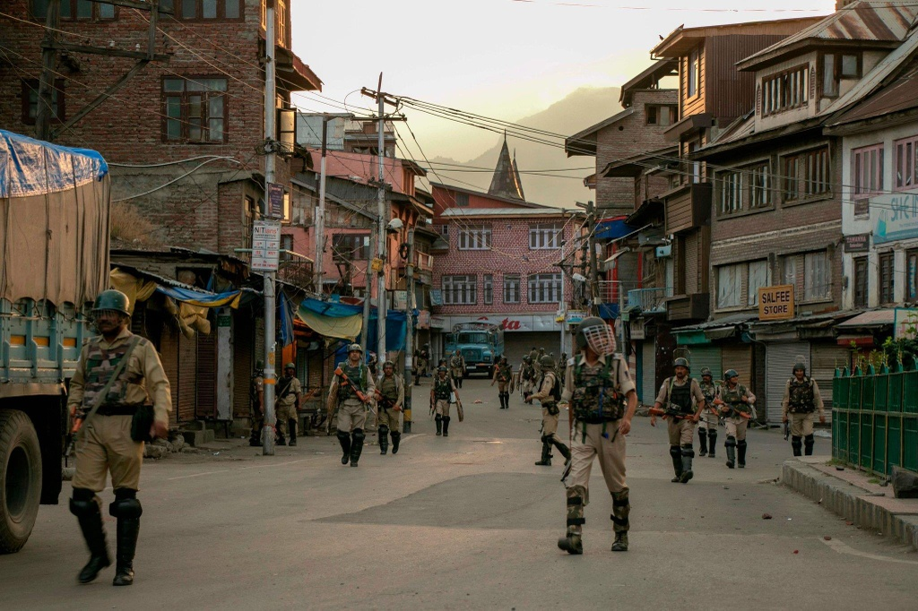 'Dia nguc tran gian' ben trong Kashmir, noi bi co lap voi the gioi hinh anh 15