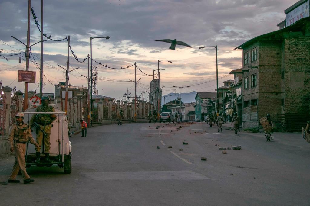 'Dia nguc tran gian' ben trong Kashmir, noi bi co lap voi the gioi hinh anh 17