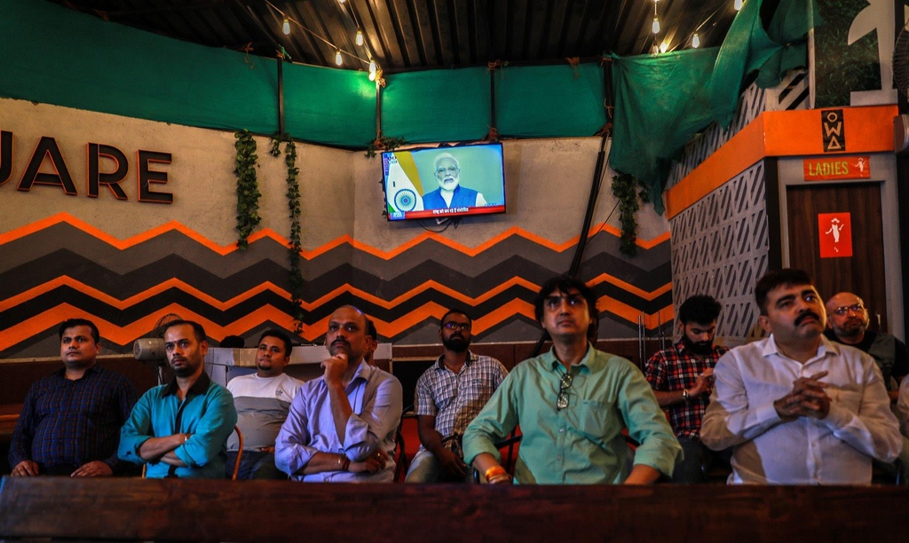 'Dia nguc tran gian' ben trong Kashmir, noi bi co lap voi the gioi hinh anh 19