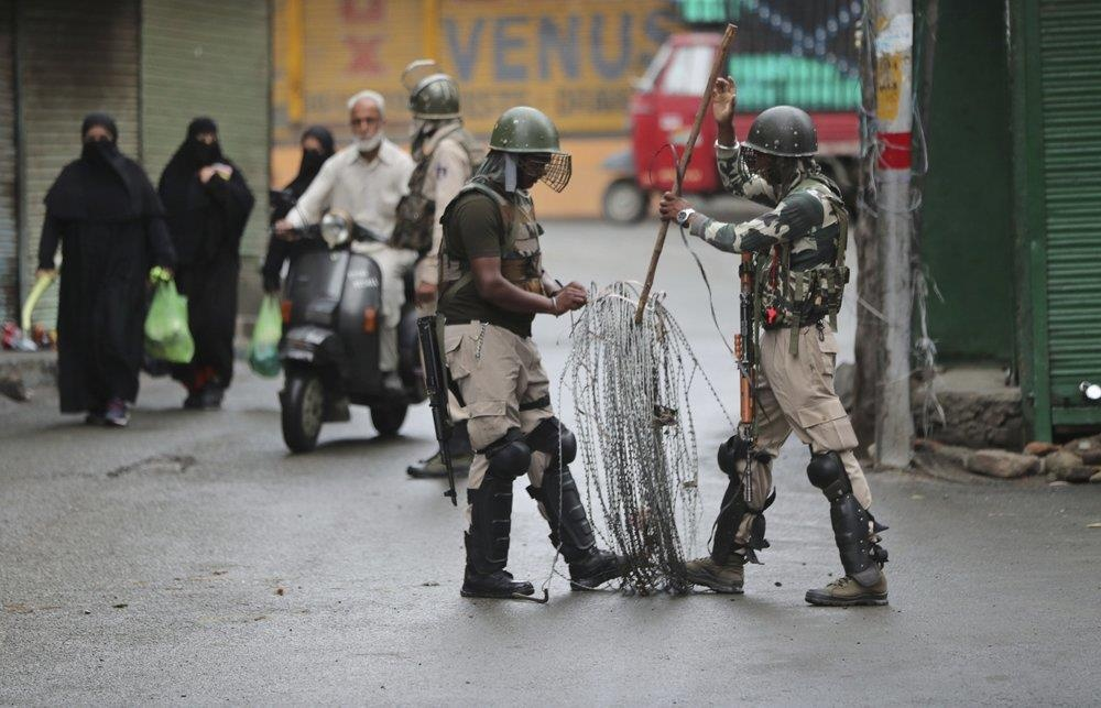 'Dia nguc tran gian' ben trong Kashmir, noi bi co lap voi the gioi hinh anh 21