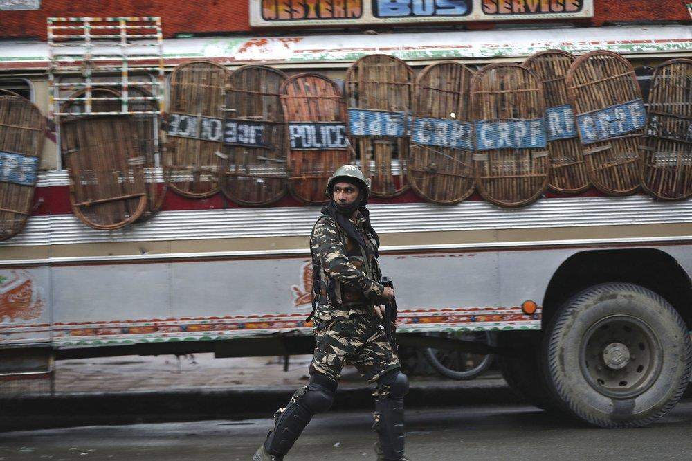 'Dia nguc tran gian' ben trong Kashmir, noi bi co lap voi the gioi hinh anh 22