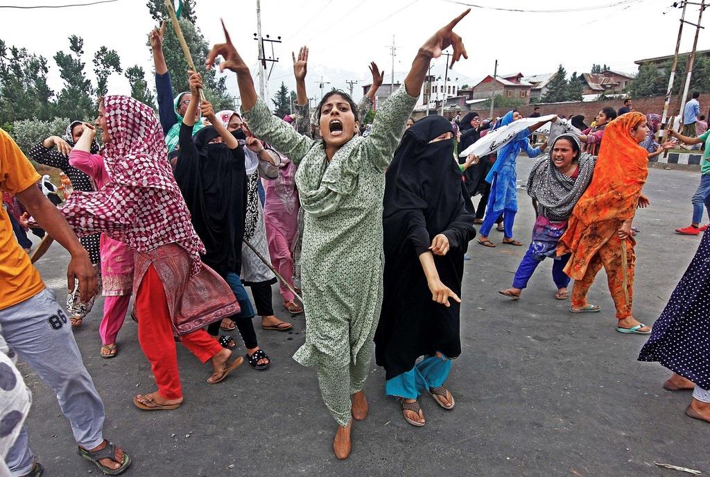 'Dia nguc tran gian' ben trong Kashmir, noi bi co lap voi the gioi hinh anh 5