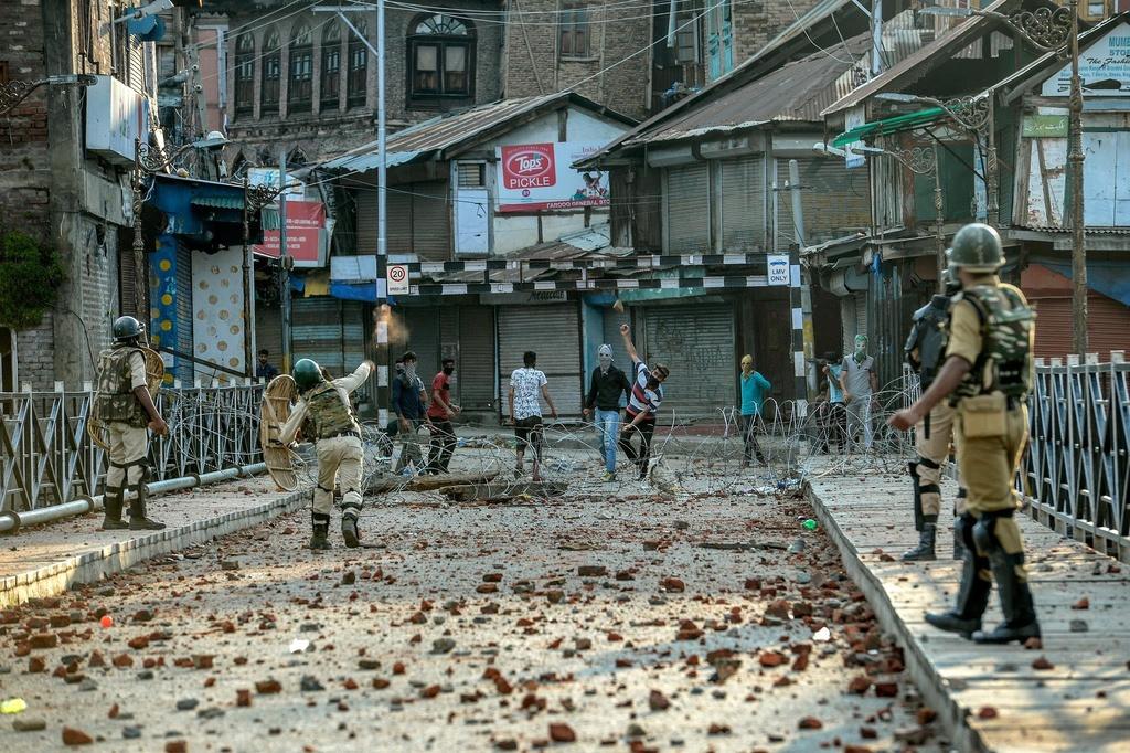 'Dia nguc tran gian' ben trong Kashmir, noi bi co lap voi the gioi hinh anh 9