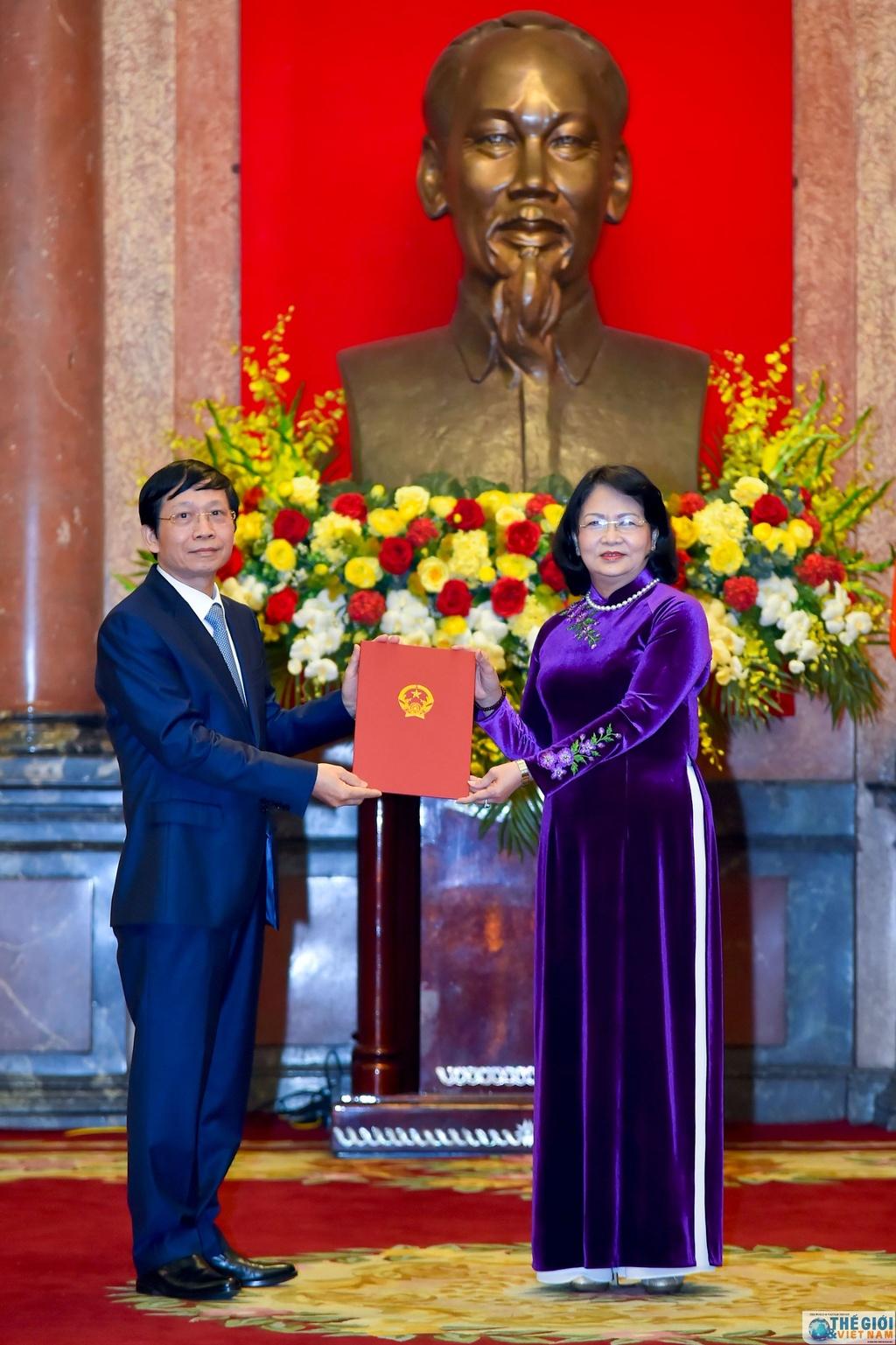 Viet Nam trao quyet dinh phong ham Dai su cho can bo ngoai giao hinh anh 12 trao_quyet_dinh_phong_ham_dai_su_cho_can_bo_ngoai_giao_7.jpg