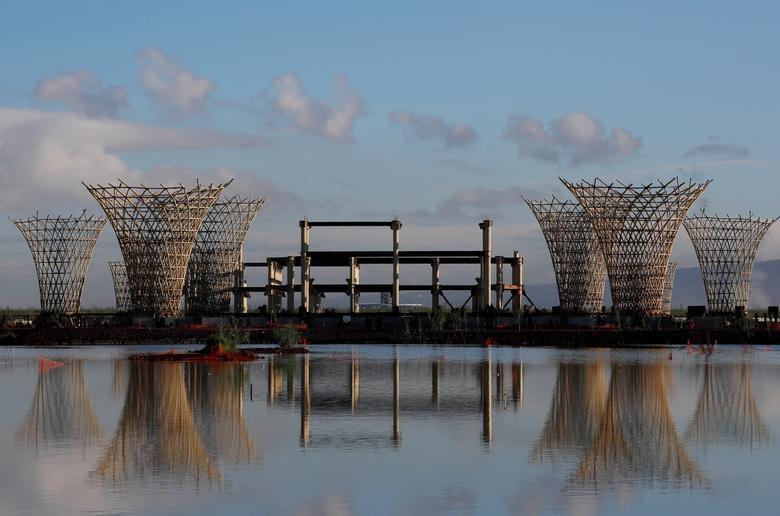Tháp không lưu và nhà ga được thiết kế theo phong cách của Norman Foster giờ đây là những bộ khung sắt trơ trọi đang rỉ sét trên đầm lầy của hồ cổ. Foster, kiến trúc sư người Anh, được cựu Tổng thống Enrique Pena Nieto ủy quyền xây dựng sân bay quốc tế mới với chi phí khoảng 13 tỷ USD trên diện tích 4.800 ha ngay phía đông thủ đô.