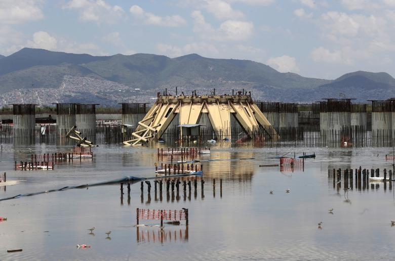 Cấu trúc của nhà ga sân bay trên công trường bị bỏ hoang, hiện bị ngập sau các cơn mưa mùa hè ở ngoại ô Mexico City.