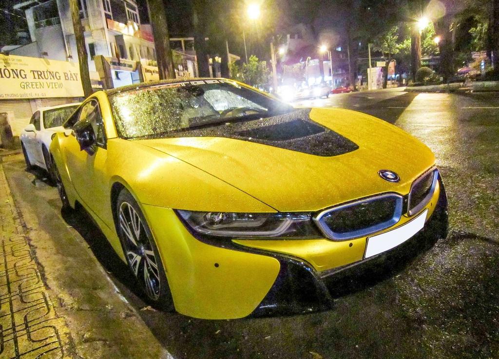 BMW i8 mau vang doc nhat tren duong pho Sai Gon hinh anh 1