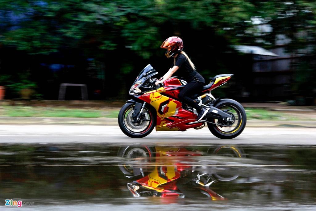 Nu biker Sai Gon chay Ducati anh 9