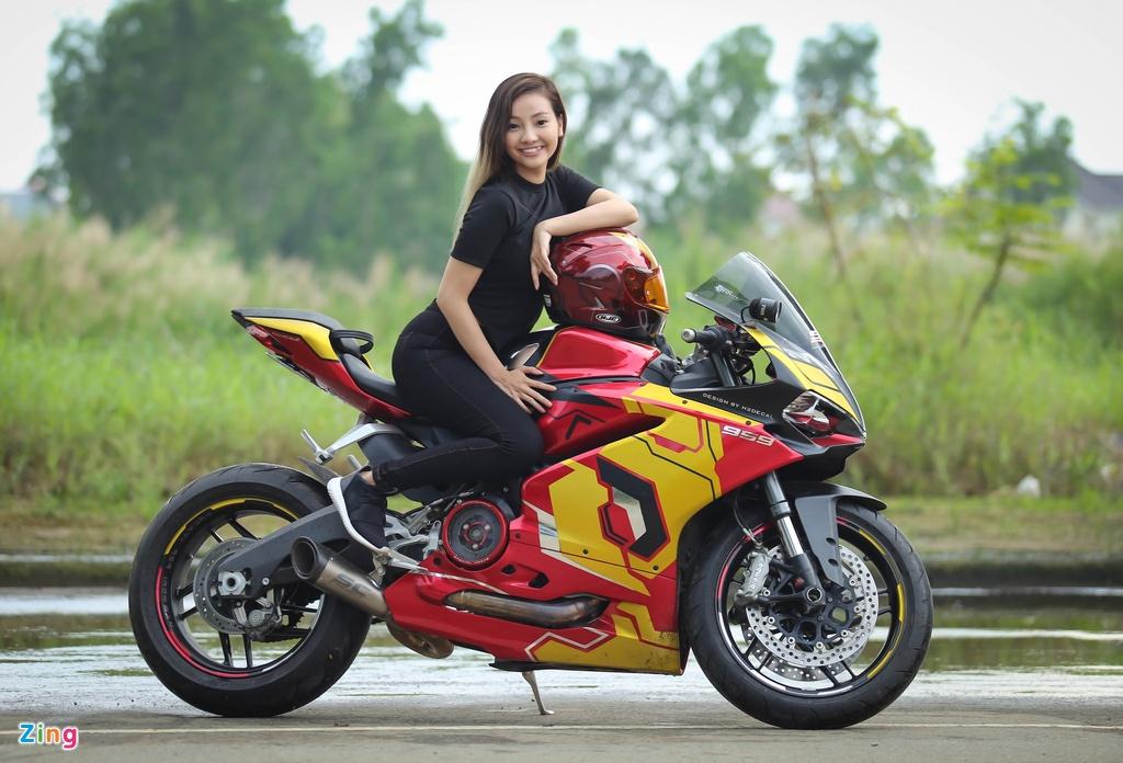 Nu biker Sai Gon chay Ducati anh 12