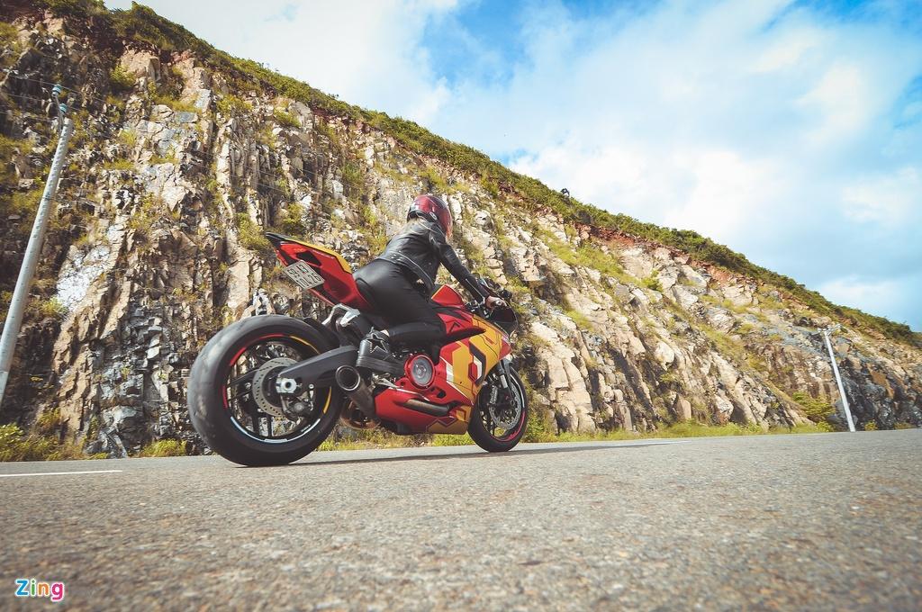Nu biker Sai Gon chay Ducati anh 10