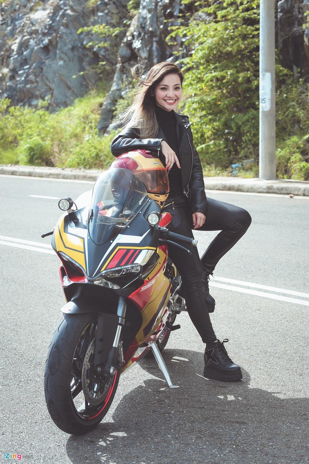 Nu biker Sai Gon chay Ducati anh 2