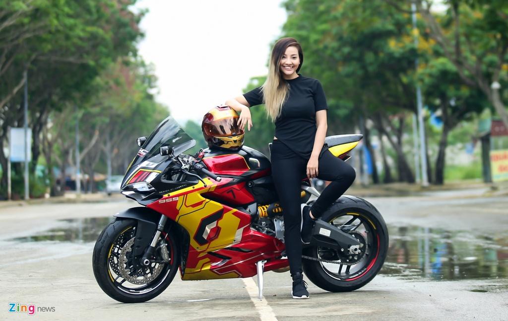 Nu biker Sai Gon chay Ducati anh 3