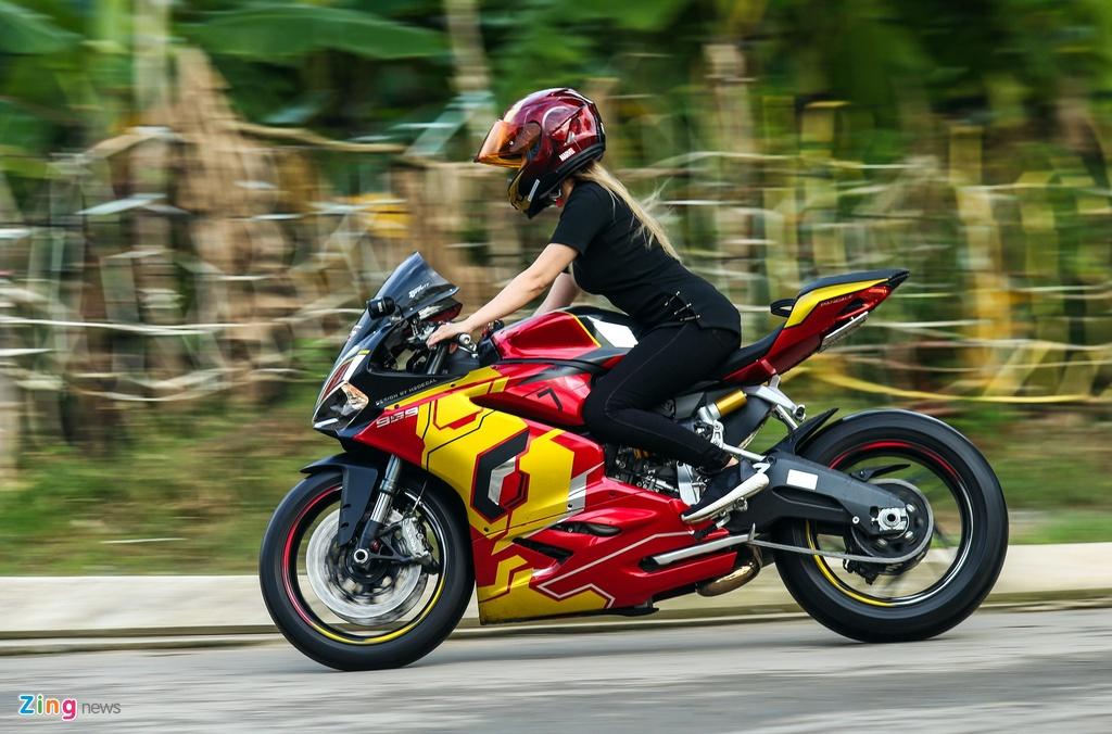 Nu biker Sai Gon chay Ducati anh 4