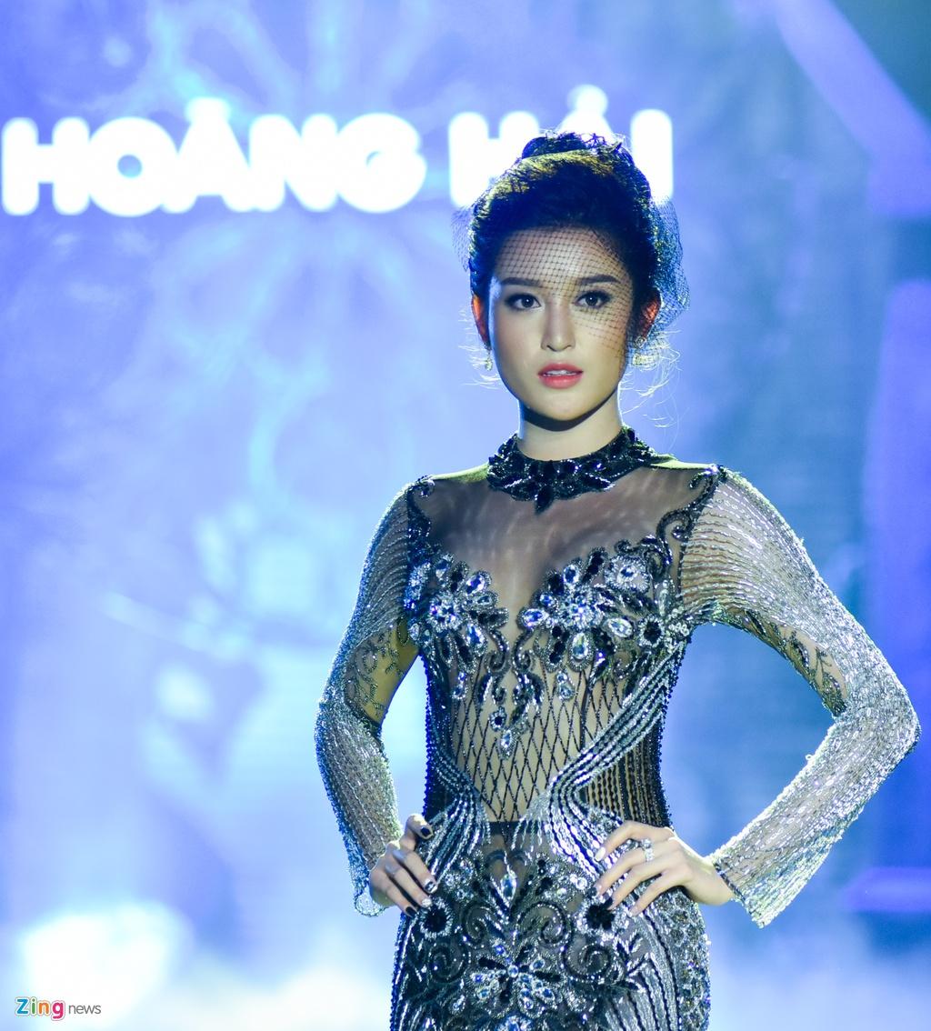 Hoa hau Phap va Do My Linh quyen ru khi lam vedette o show Hoang Hai hinh anh 1