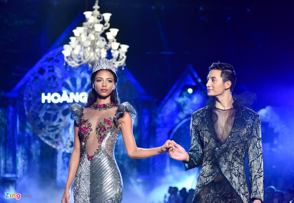 Hoa hau Phap va Do My Linh quyen ru khi lam vedette o show Hoang Hai hinh anh 2
