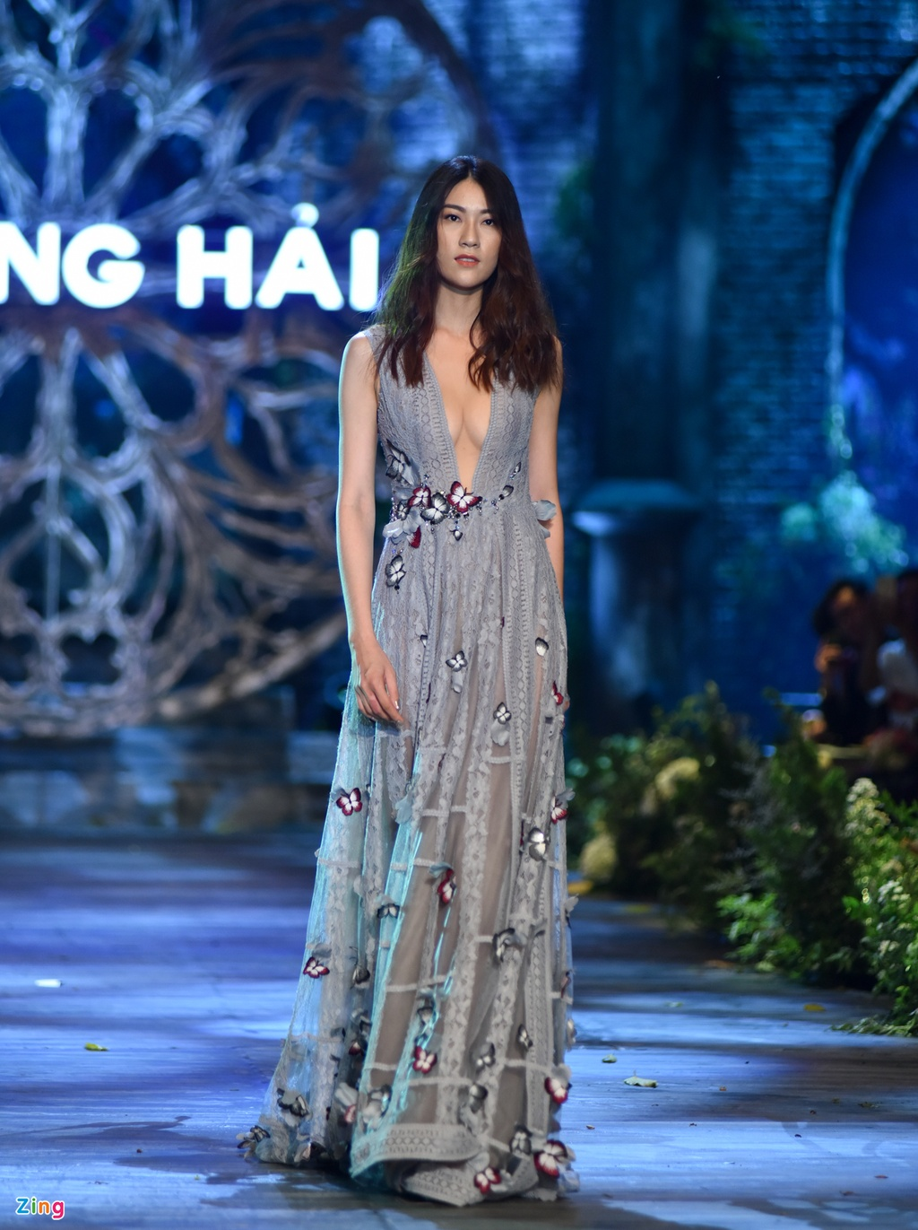 Hoa hau Phap va Do My Linh quyen ru khi lam vedette o show Hoang Hai hinh anh 3