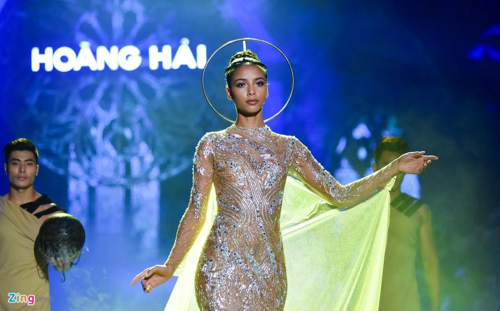 Hoa hau Phap va Do My Linh quyen ru khi lam vedette o show Hoang Hai hinh anh 6