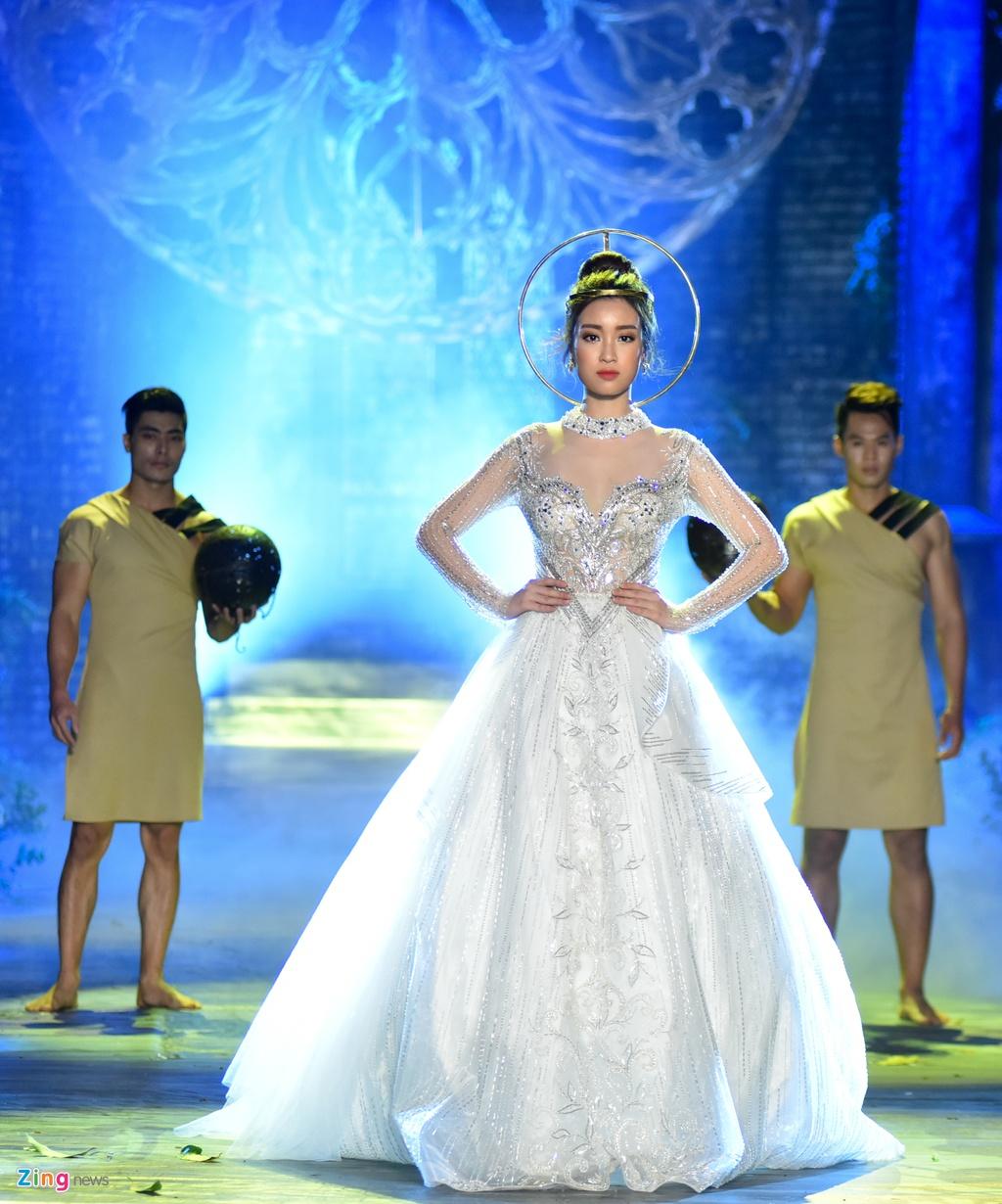 Hoa hau Phap va Do My Linh quyen ru khi lam vedette o show Hoang Hai hinh anh 7