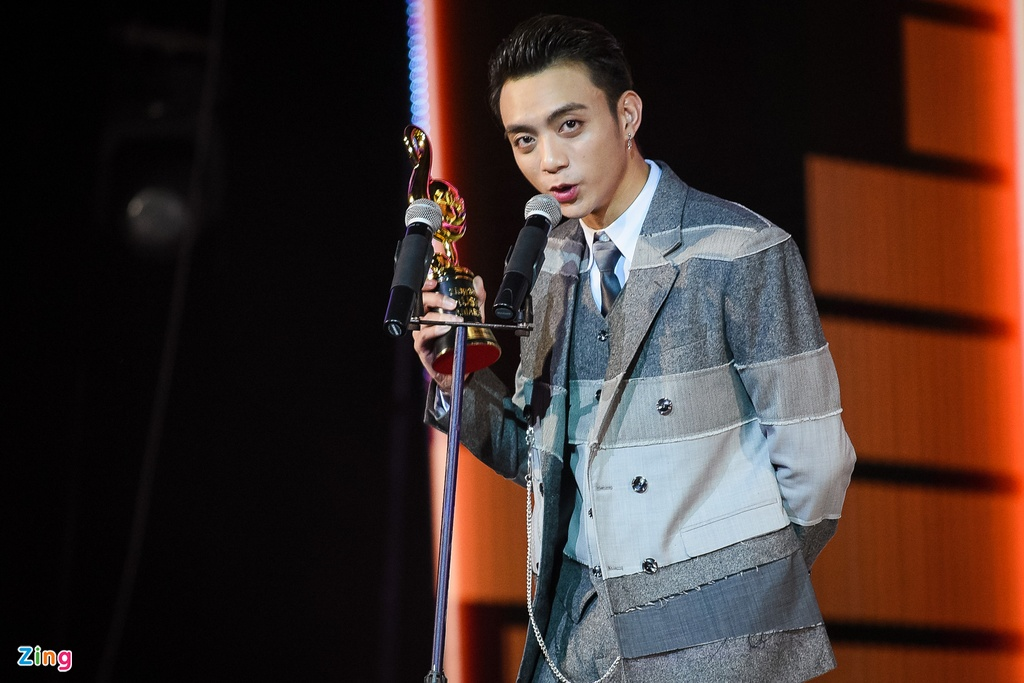 Huong Tram lap cu dup giai thuong tai Zing Music Awards 2017 hinh anh 7