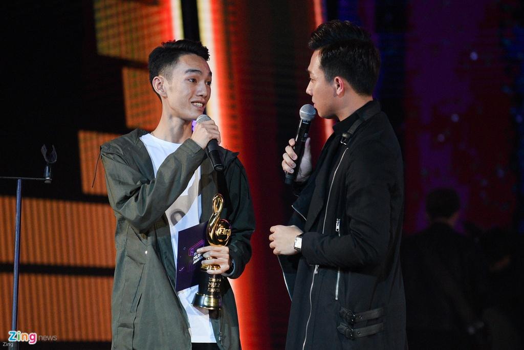 Huong Tram lap cu dup giai thuong tai Zing Music Awards 2017 hinh anh 12