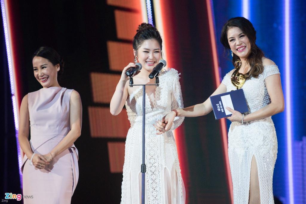 Huong Tram lap cu dup giai thuong tai Zing Music Awards 2017 hinh anh 1
