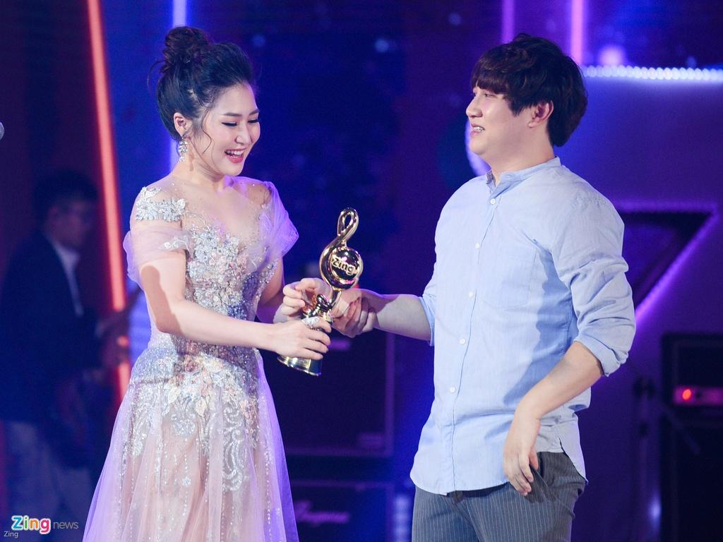 Huong Tram lap cu dup giai thuong tai Zing Music Awards 2017 hinh anh 2